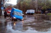 У Житомирі мікроавтобус провалився під асфальт