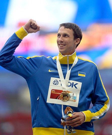 Вам не кажется, что на Богдана Бондаренко костюм немного великоват?