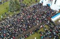 В Минске тысячи людей пришли проститься с убитым Романом Бондаренко