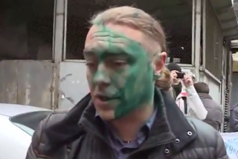 Экс-нардепа Мирошниченко облили зеленкой возле Печерского суда