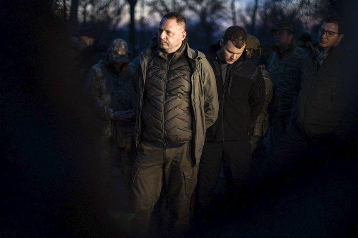 Андрей Ермак во время визита на КПВВ «Золотое»