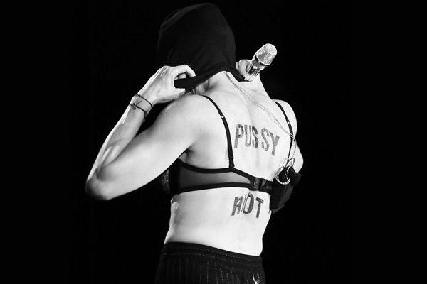 Московский концерт Мадонны. На шикарной спине поп-звезды надпись Pussy Hot можно было бы сделать постоянной татурировкой