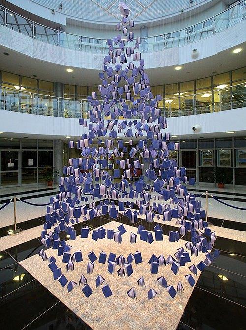 Рождественская елка из книг в библиотеке Ольштына, Польша.