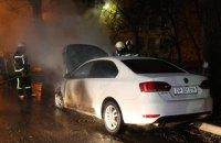 В Киеве возле посольства России сгорел автомобиль с дипномерами