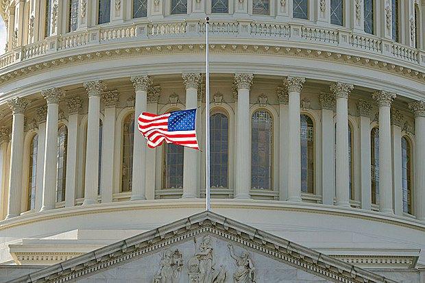 Флаг США на мачте Капитолия, где заседает Конгресс США, Вашингтон, 09 декабря 2016 года