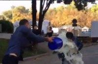 На министра финансов Молдовы вылили ведро молока