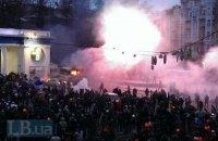"""Автобус силовиків на Грушевського підпалили. """"Беркут"""" готується до розгону"""