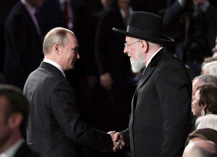 Главный раввин Израиля Мейр Лау приветствует президент России Владимира Путина во время форума в Мемориальном музее Холокоста Яд Вашем в Иерусалиме, Израиль, 23 января 2020