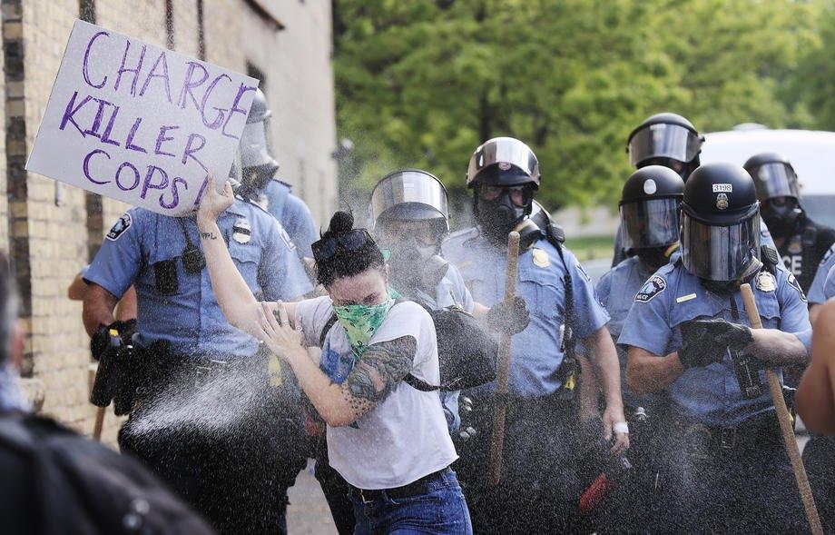 Полиция применяет перцовый баллончик во время протестов в Миннеаполисе, США, 27 мая 2020