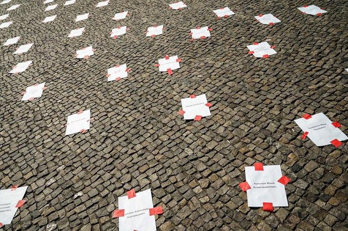 Листівки з іменами зниклих безслідно людей