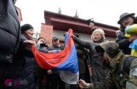 Парасюк сорвал флаг со здания российского консульства во Львове