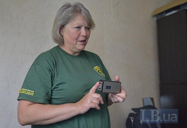 Людмила объясняет принцип работы «физиокабинета в кармане».
