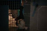 В Одессе вор украл из магазина пиво и полчаса провисел вниз головой, зацепившись за забор