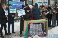 Под российским посольством в Киеве проходит акция в поддержку крымских татар