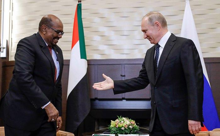 Президент России Владимир Путин во время встречи в Сочи с президентом Судана Омаром аль-Баширом, 23 ноября 2017.