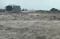 """Автобус с украинскими туристами попал в """"ловушку"""" вышедшего из берегов ручья в Израиле"""