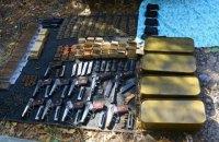 В заброшенном гараже в центре Мариуполя нашли оружие, украденное у Нацгвардии в 2014 году