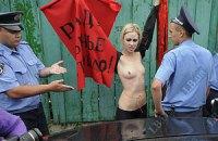 """Оголенные FEMEN в образе тореро выступили против """"бычьей реформы"""""""