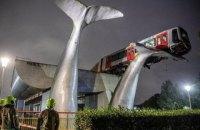 У Нідерландах поїзд метро від падіння з 10-метрової висоти врятувала скульптура хвоста кита
