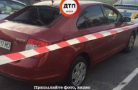 В Киеве неизвестные обстреляли автомобиль, один человек ранен