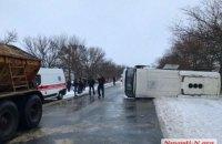 """На слизькій дорозі під Миколаєвом перекинувся рейсовий автобус """"Херсон-Одеса"""" (оновлено)"""