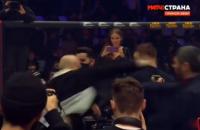 На турнірі ММА у Москві після одного з боїв сталася масова бійка всередині октагону
