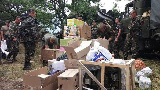 Военные разгружают волонтерскую помощь