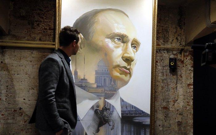 На выставке SUPERPUTIN в Музее ультрасовременного искусства в Москве, 07 декабря 2017.