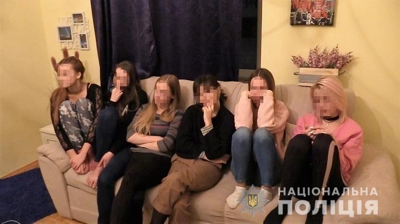 Девушки, задержанные при обыске порностудии