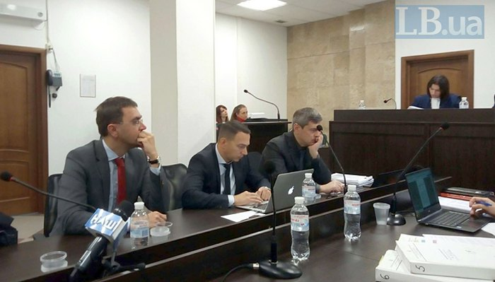 Зліва-направо: обвинувачений Володимир Омелян та його адвокати Тарас Пошиванюк і Олександр Лисак