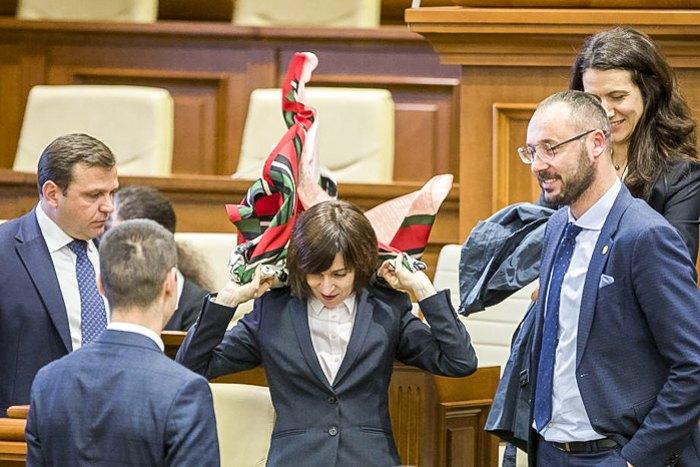 Майя Санду ( в центре) покидает сессионный зал после голосования по отставке на специальной сессии парламента в Кишиневе,12 ноября 2019.
