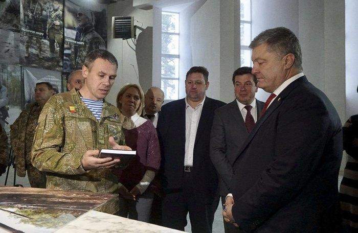 Президент Петро Порошенко та Володимир Лагута (зліва)