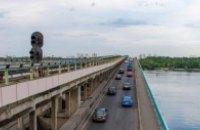 Міст Метро в Києві закрили через чоловіка, який погрожує його підірвати (оновлено)