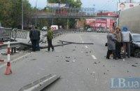 ДТП в Киеве: легковушка, протаранив отбойник, разбила два авто