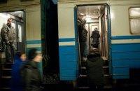 В Киеве пассажир выпал из окна движущейся электрички и погиб