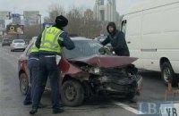 Южный мост в Киеве остановился из-за Skoda, влетевшей в отбойник