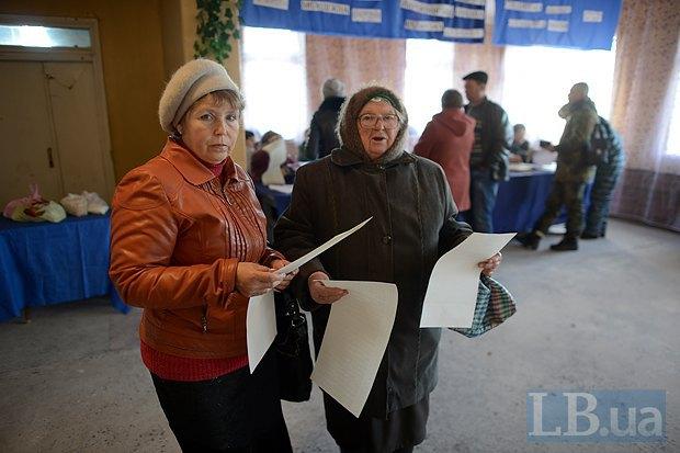 Пожилые женщины приехали на автобусе, а добираться назад пришлось пешком. Село Райгородка растянуто на 8 км