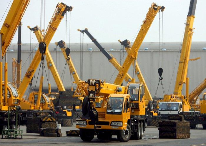 Гидравлические грузовые краны проходят тестирование перед вводом в эксплуатацию на заводе Xuzhou Construction Machinery Group (XCMG) в Сюйчжоу, Китай.