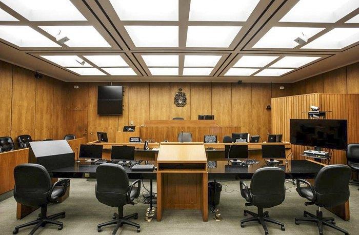 Пустий зал судових засідань в суді Едмонтона, Канада