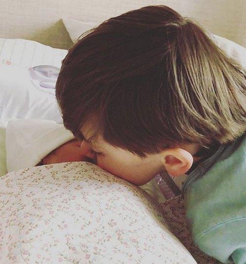 На фотографии мгновение знакомства сына Марка с новорожденной сестрой Анной.
