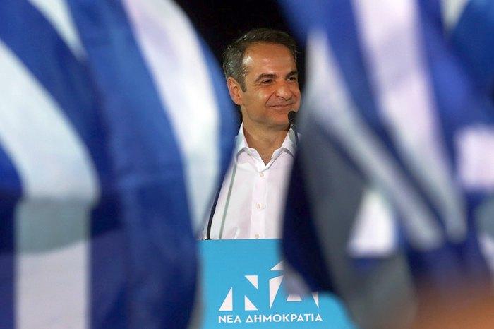 Лидер партии «Новая демократия» Кириакос Мицотакис обращается к сторонникам во время предвыборного митинга в Афинах, 4 июля 2019.