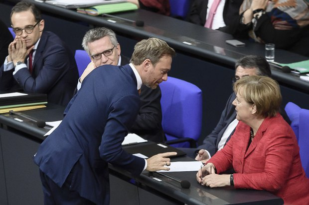 Канцлер Ангела Меркель и Кристиан Линднер в перерыве заседания, Бундестаг, 21 ноября 2017.
