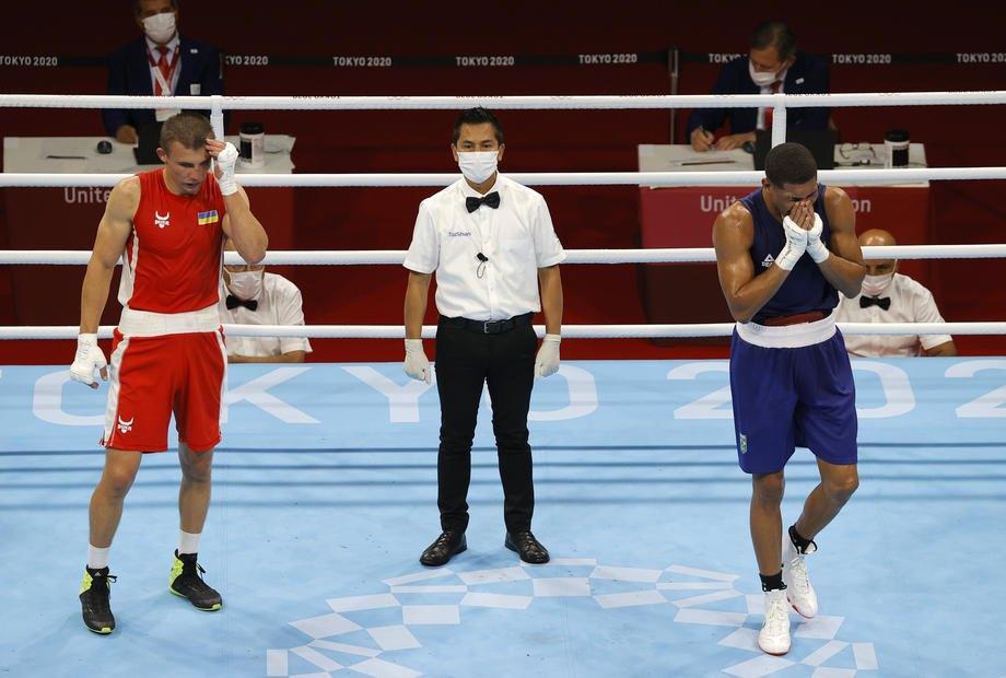 Герберт Соуза (Бразилія) оголошений переможцем у поєдинку проти Олександра Хижняка (Україна) під час поєдинку серед чоловіків (69-75 кг) у Токіо, 7 серпня 2021 р.