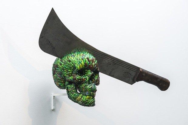 Ян Фабр. Череп с мачете (II), 2013 надкрылья златок, полимеры, железо, дерево
