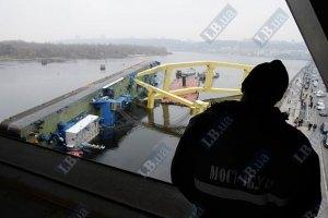 На строительстве Подольского моста в Киеве упал кран