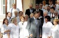 Янукович обещает медикам рост зарплаты