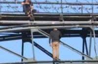 В Киеве перекрывали улицу из-за мужчины, угрожавшего прыгнуть с моста (обновлено)