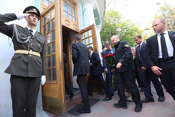 Глава СНБО Александр Турчинов ( в центре)