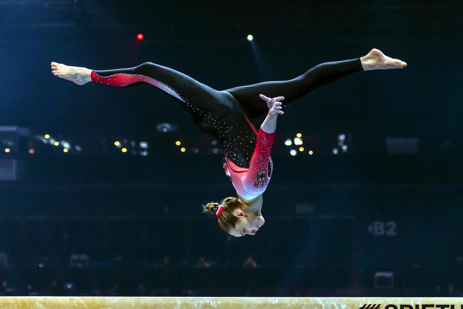 Німецька гімнастка Сара Восс виступає у закритому комбінезоні на чемпіонаті Європи з художньої гімнастики в Базелі, Швейцарія, 21 квітня 2021