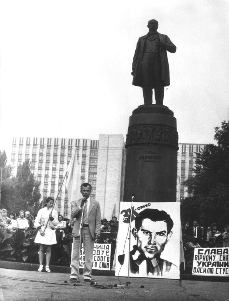 Леонід Громовий — перший директор першої в Донецьку української школи №65. Виступ Л. Громового на мітингу в Донецьку 1 вересня 1990 року.